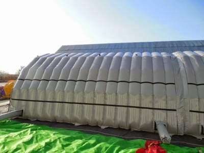 Oppblasbart byggtelt 15 med borrelas ramme for feste av banner med logo og budskap
