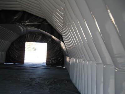 Interior oppbasbart byggtelt 12 med hvite vegger.  Apen port