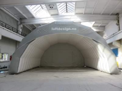 Oppblasbare byggtelt 9. Endevegg fjernet for sammenkobling av 2 teltmoduler til et stort telt