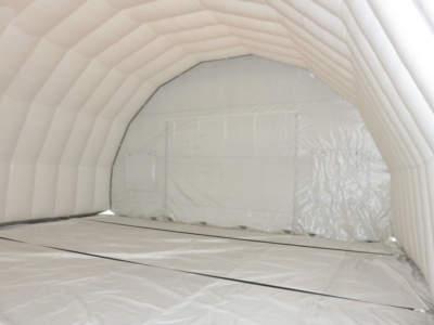 Interior oppblasbart byggtelt 9. Sorte monteringsstropper i bunn.