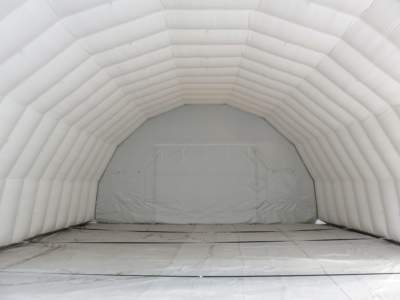 Interior oppblasbart byggtelt 9 med kortside. Porten skimtes