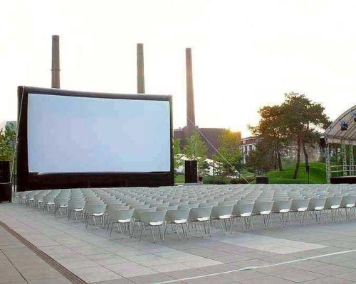 oppblåsbar storskjerm på åpen plass