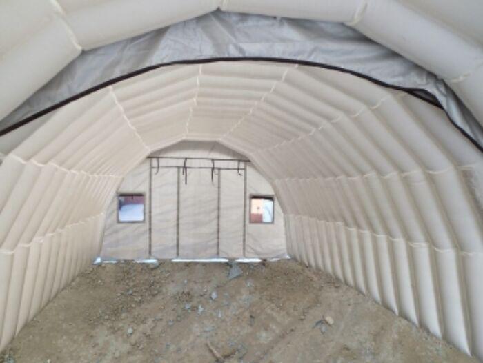byggeplass med telt over betong