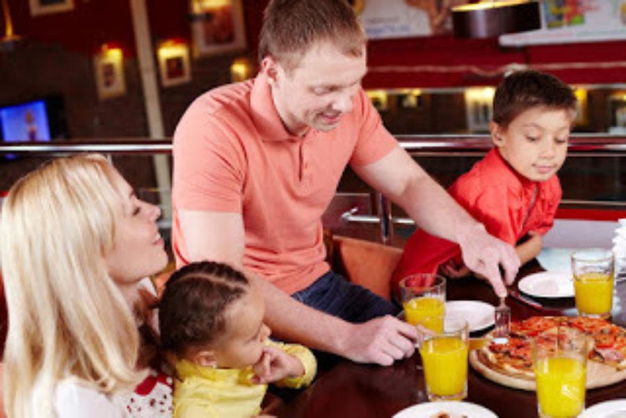Familie spiser på restaurant