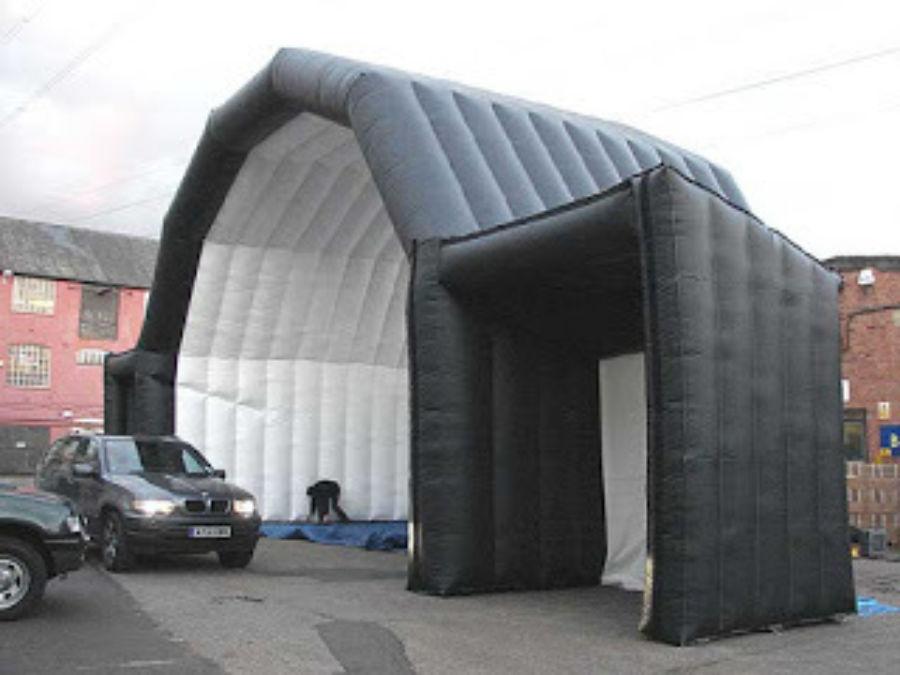Svart scene med miksebord telt